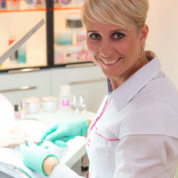 Magdalena Perec podczas stylizacji paznokci.